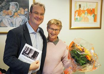 Jan Frich and Krsrtin Heggen holding diploma and flowers