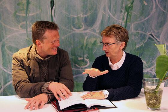 Eivind Engebretsen and Kristin Heggen discussing at table
