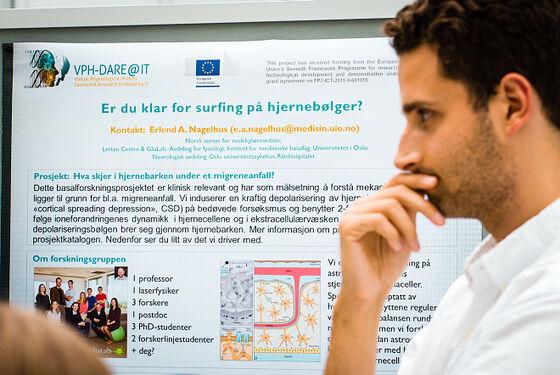 Forsker foran poster om hjernebølger