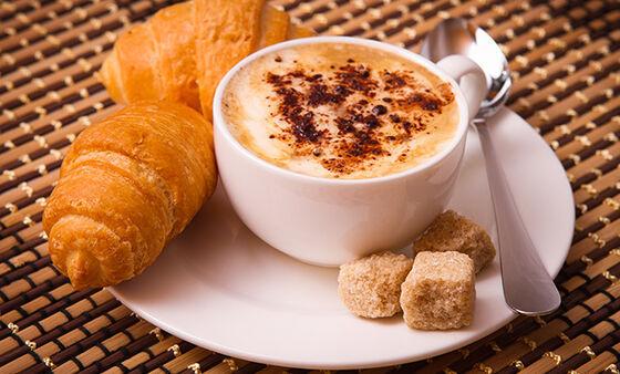Kaffekopp og croissant