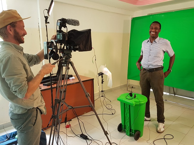 Videofotograf filmer en mann foran grønnskjerm