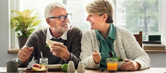 Eldre par spiser frokost sammen