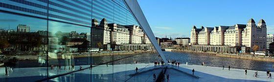 Operataket i Oslo, byen speiler seg i refleksjonen fra operabygget. På høgre side av bilde er det lagt inn informasjon om EUHEA-konferansen: dato, tid og tema.