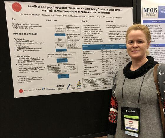 Ellen Gabrielsen Hjelle står med plakaten som forklarer prosjektet og studien utført.