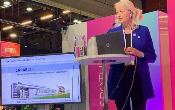 Anne Moen mottar prisen på vegne av CAPABLE-prosjektet