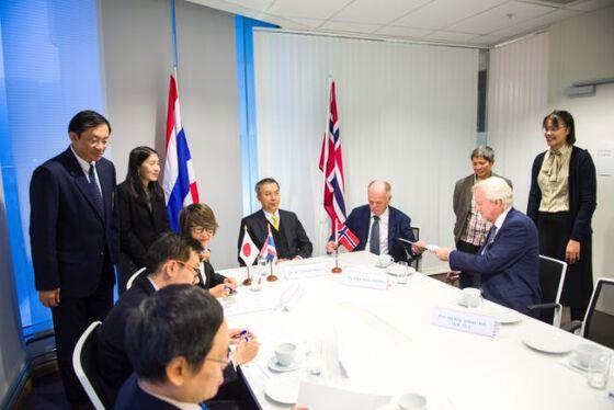 Representantene fra UiO, FERCAP og Thailands ambassadør skriver under på samarbeidsavtalen