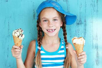 Illustration of a girl with two icecones in her hand