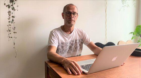 Bildet viser en mann med briller foran en PC