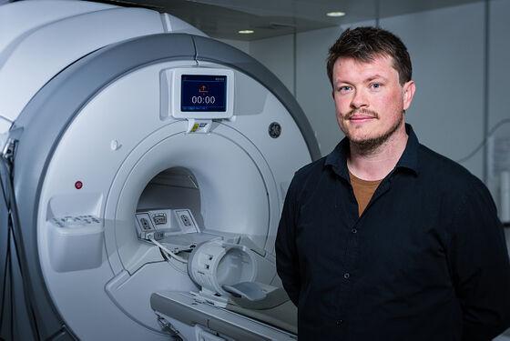Lars Tjelta Westlye foran en MRI-maskin