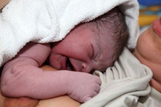 Bildet kan inneholde: barn, baby, hud, hånd, kinn.