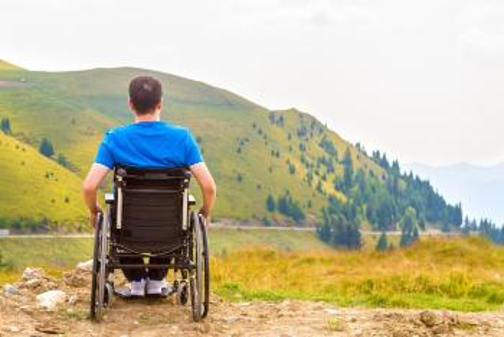 Bildet kan inneholde: produkt, fjell, sletteland, rullestol, rekreasjon.