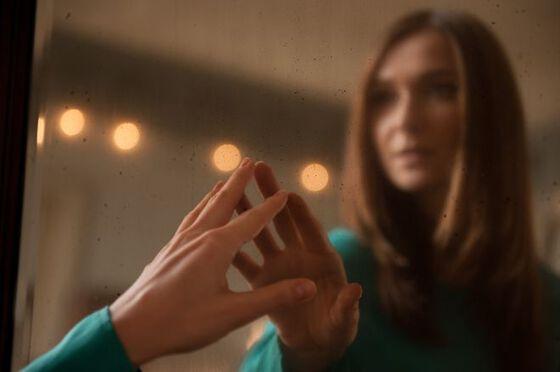 Bildet kan inneholde: finger, hånd, lys, skjønnhet, væpne.
