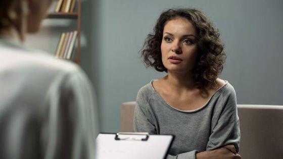Bildet viser en kvinne i en terapitime.