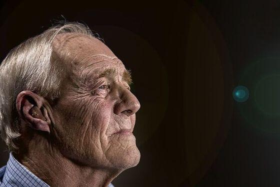 Bilde viser en gammel mann med rynker.
