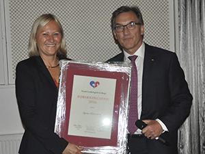 Kvinne og mann som holder opp innrammet diplom for årets forskningspris fra Norsk Cardiologisk Selskap.