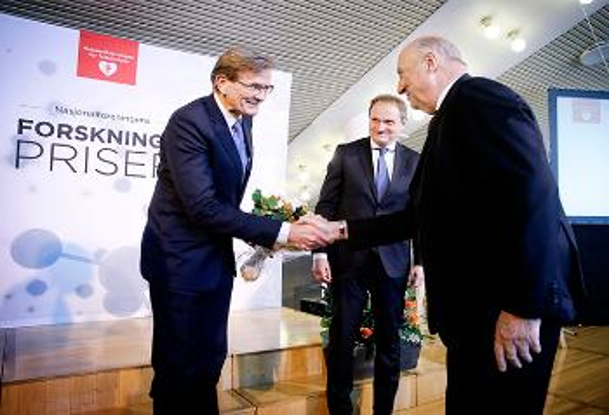 Professor Lars Gullestad mottar prisen av Kong Harald