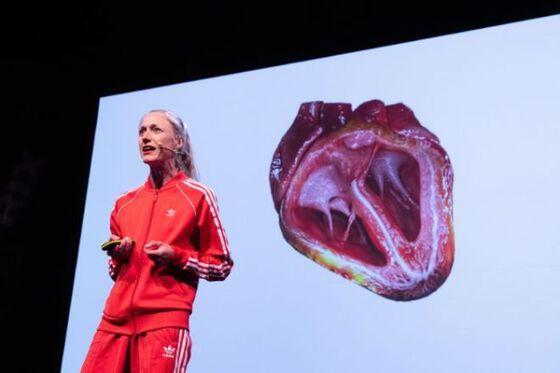 Bildet kan inneholde: rød, menneskelig, teknologi, yttertøy, opptreden.