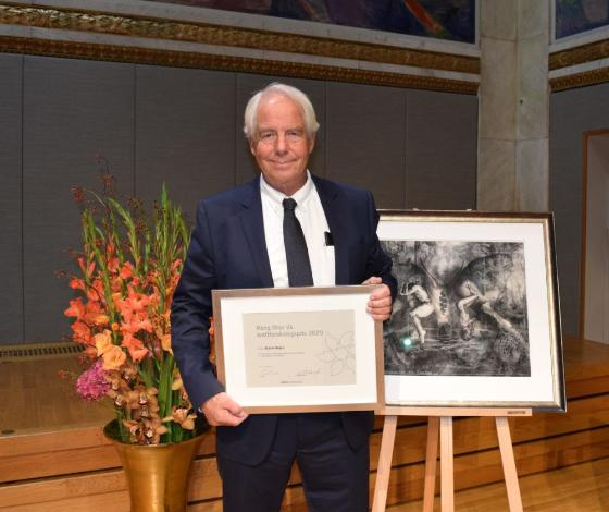 Bilde av Bjarne Bogen med innrammet pris og maleri.