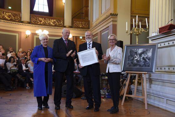 Photo of Per Seglen at the prize ceremony
