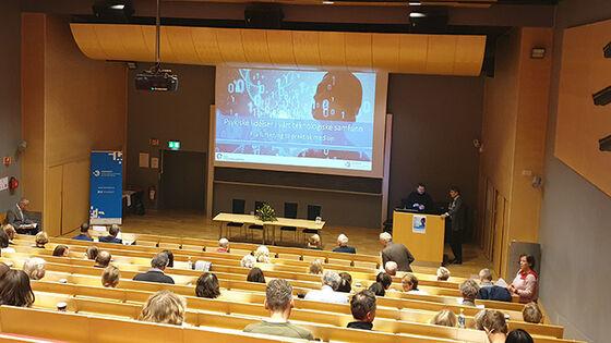 Bildet kan inneholde: auditorium, akademisk konferanse, konferanse rom, konvensjon, begivenhet.