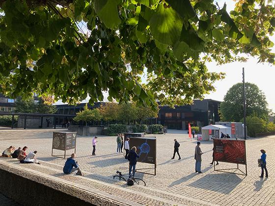 Bildet kan inneholde: offentlig område, tre, arkitektur, by, fotgjenger.