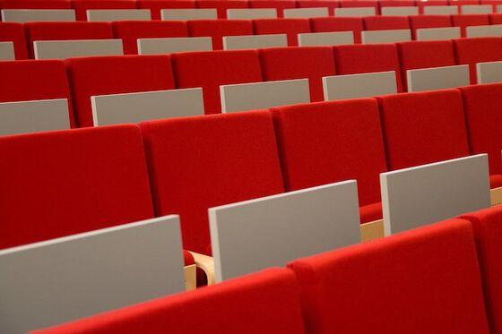 Stoler i et tomt auditorium