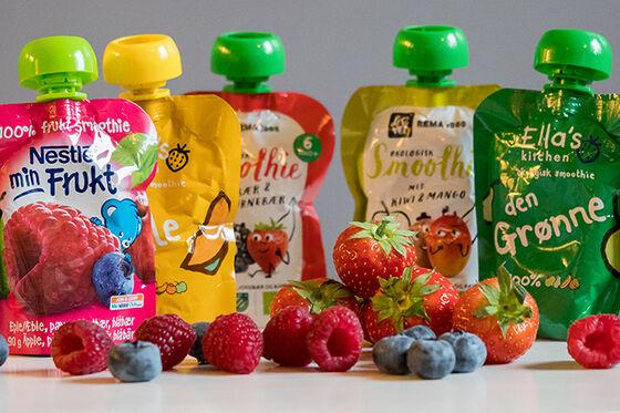 Fem babysmoothies for barn og noen blåbær, bringebær og jordbær.