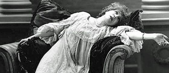 gammelt foto av syk kvinne som sitteligger i stolen