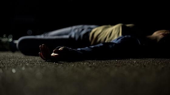 Mørkt fotografi av dødkvinne