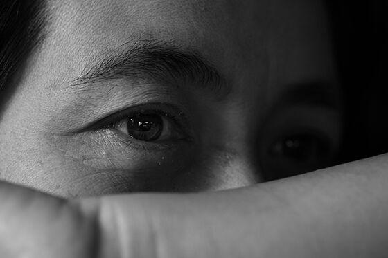 Svart-hvitt foto av deler av et ansikt. Fokus på et trist øye.