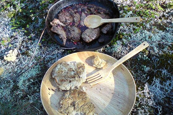 Viltkjøtt tilberedt på bål.