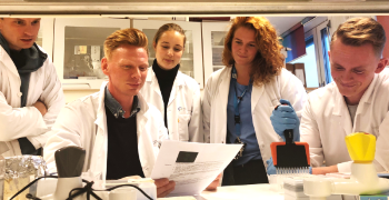 bilde av Jan Terje Andersen, ny professor i innovasjon, sammen medforskerStian Foss og ph.d.-studentene Heidrun Lode, Simone Mester og Torleif Tollefsrud Gjølberg. Foto:Jeannette Nilsen