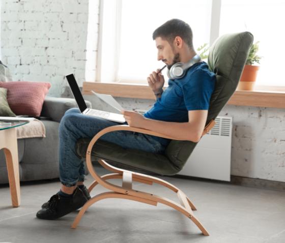 Bildet kan inneholde: sittende, møbler, stol, bein, komfort.