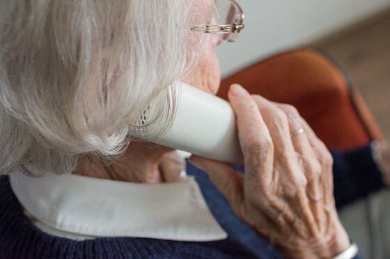 dame snakker i telefonen